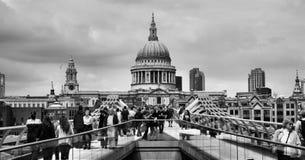 千年桥梁在伦敦 免版税库存图片
