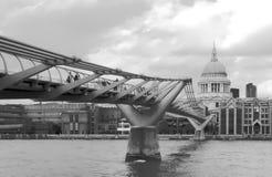 千年桥梁是一座步行吊桥由钢制成,在市伦敦横渡泰晤士河 免版税库存图片