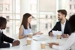 千福年的雇员微笑的谈判在办公室简报 库存照片