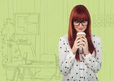 千福年的反对绿色手拉的办公室的妇女饮用的咖啡 免版税库存照片