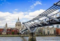 千禧桥和圣保罗座堂 免版税库存图片