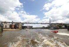 千年在泰晤士河的脚桥梁 库存图片