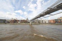 千年在泰晤士的脚桥梁有圣的Pauls在背景中 免版税图库摄影