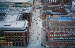 千年在走通过街道的泰晤士河和办公室人民的脚桥梁 库存照片