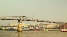 千年桥梁全景在从从右到左旁边的伦敦 股票视频