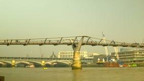 千年桥梁全景在从左到右边的伦敦 股票录像
