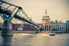 千年桥梁和圣保罗在伦敦 库存图片