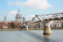 千年桥梁和圣保罗大教堂在伦敦 库存照片