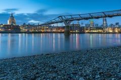 千年桥梁和圣保罗大教堂,伦敦,大英国夜照片  免版税库存图片