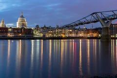 千年桥梁和圣保罗大教堂,伦敦,大英国夜照片  库存照片