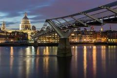千年桥梁和圣保罗大教堂,伦敦,大英国夜照片  库存图片