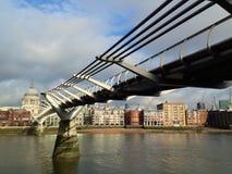 千年桥梁和圣保罗的大教堂 库存照片