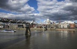 千年桥梁和圣保罗& x27; s大教堂 图库摄影