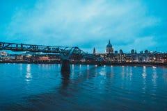 千年桥梁和圣Pauls大教堂在伦敦 免版税库存照片