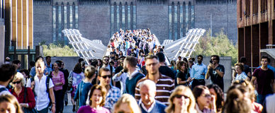 千年桥梁在一个晴朗的下午的伦敦 免版税库存照片
