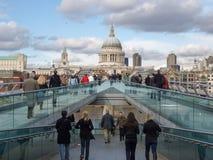 千年桥梁在伦敦英国 库存照片