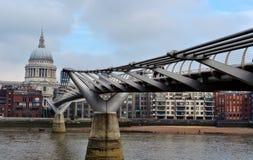 千年桥梁在伦敦,英国 免版税图库摄影