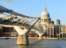 千年桥梁在伦敦,英国 免版税库存图片