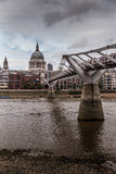 千年桥梁在伦敦 免版税库存照片