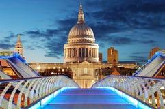千年桥梁导致中央Lon的圣保罗大教堂 免版税图库摄影