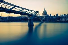 千年桥梁以黄色 库存照片