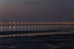 升世界的最长的跨海桥梁-杭州海湾桥梁的灯,通过杭州海湾沼泽地  库存照片
