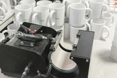 升华印刷装置和杯子 库存图片