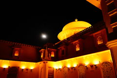 升宫殿在夜和月亮里 库存图片