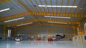 直升机停车处在飞机棚和为飞行做准备由流动代课教师组 库存照片
