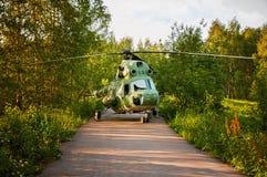 直升机在一个晴天做了一次紧急着陆,路的森林 库存图片