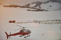 直升机在山的冬天游览 库存照片