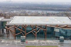 直升机在现代大厦顶部的着陆架 库存图片