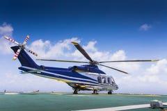 直升机在甲板顶部登陆了在近海油和煤气平台 免版税库存图片
