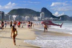 直升机在科帕卡巴纳海滩登陆在里约热内卢在巴西 库存图片