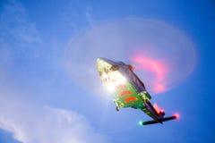 直升机在近海平台的停车处着陆 直升机调动乘员组或乘客工作的在近海油和煤气产业 图库摄影
