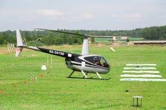 黑直升机在直升机的国际竞争中炫耀 免版税库存图片