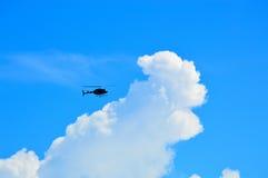 直升机标题到云彩里 库存图片