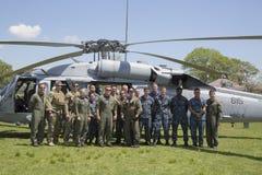 从直升机海作战分谴舰队五的MH-60S直升机与离开在水雷对抗措施demonstrati以后的美国海军EOD队 免版税图库摄影