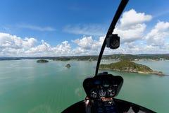 直升机海岛NZ飞行海湾  免版税库存照片