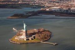 从直升机的自由女神像国家历史文物 免版税图库摄影