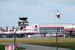 直升机着陆在机场 免版税图库摄影