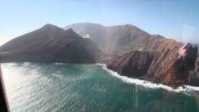从直升机窗口的白色海岛和火山全景视图在新西兰 股票视频