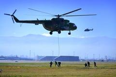 直升机米-17攻击空中掩护 免版税库存照片