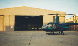 直升机试验为飞行做准备 免版税库存图片