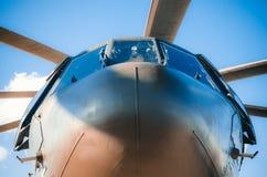 直升机飞行员的鼻子和驾驶舱 从下面 库存照片