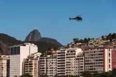 直升机飞行在里约热内卢 免版税库存照片