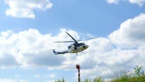 直升机飞行并且登陆 股票录像