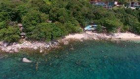 直升机飞行从与人的石海滩 影视素材