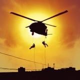 直升机攻击特种部队 免版税库存图片