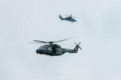 直升机NH90 ( foreground)并且欧洲直升机公司老虎( background)德国军队 库存照片